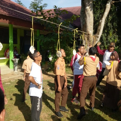 Lomba Makan Kerupuk di SMA Negeri 3 Banjarbaru (17 Agustus 2016)